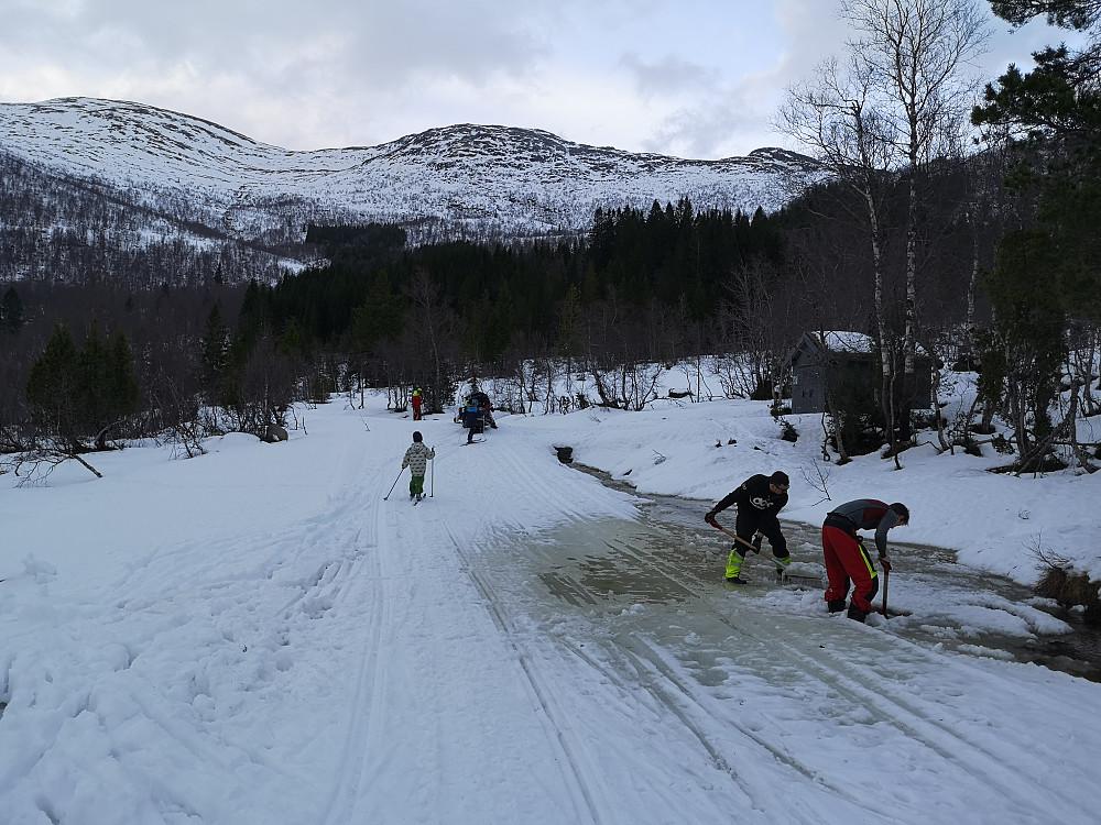 Røde kors og karer fra Harpefossen skipatrulje i full gang med rensking av gravearbeid for å lede vatnet i røra under veien ved Sevlandssætra