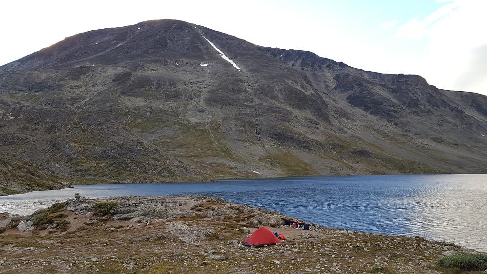 ''Nydelig teltplass på Bandet under Besseggen, med Besshøe som bakgrunn.''