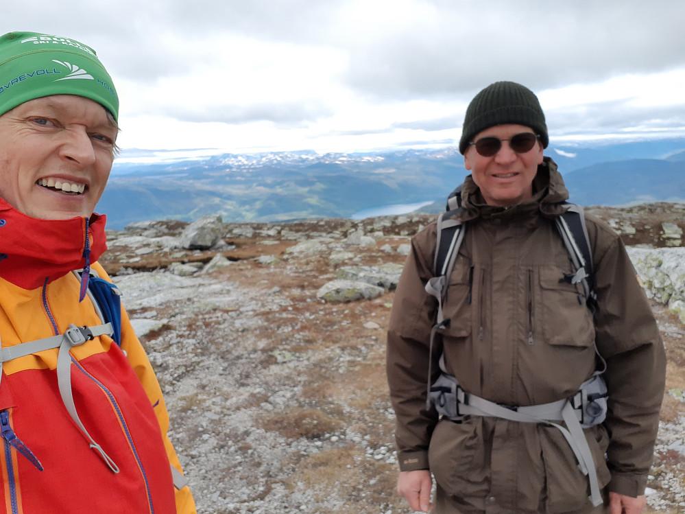 På toppen av Blefjell. I bakgrunnen Gaustatoppen, men hvor den karakteristiske profilen går opp i skyene. Steinar Folkvord (t.h.) og Jens Barland.