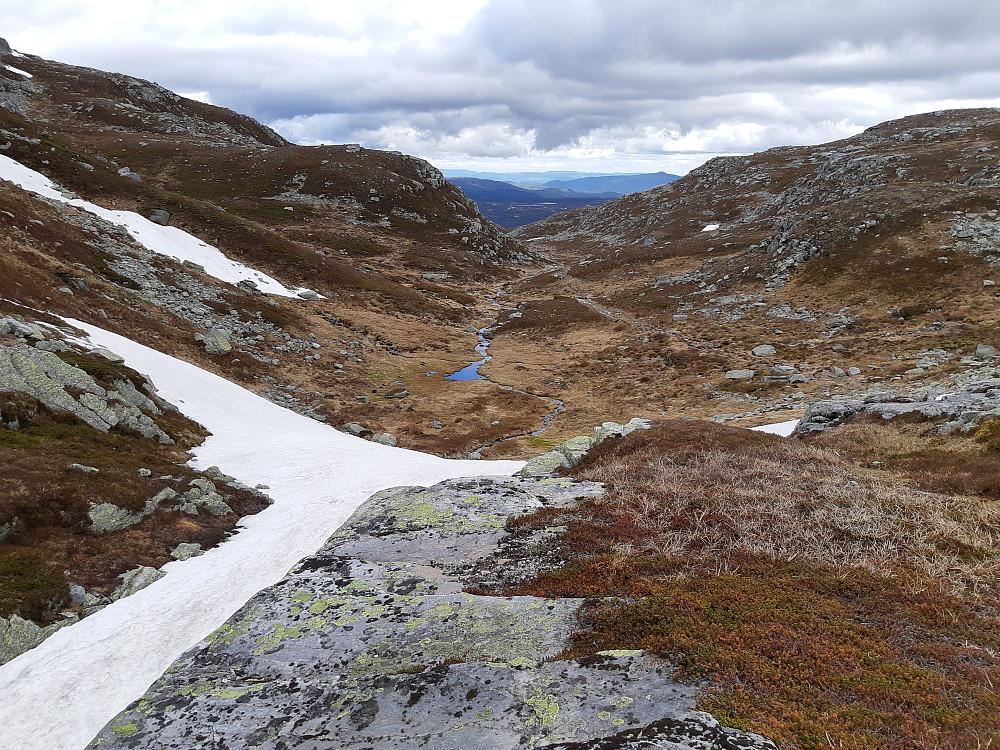 Stien ned Langedalen sør for Bletoppen. I horisonten kan man se Jonsknuten med antennetårnet.
