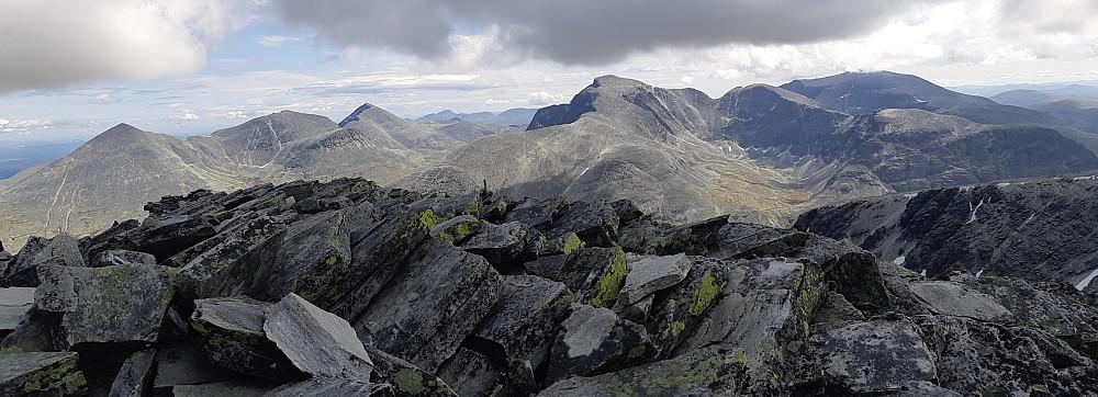 Utsikt fra Veslesmeden. Bildet viser sju av Rondanes ti topper over 2000 meter. Været var dessverre ikke så bra da jeg etter hvert kom bort til disse toppene.