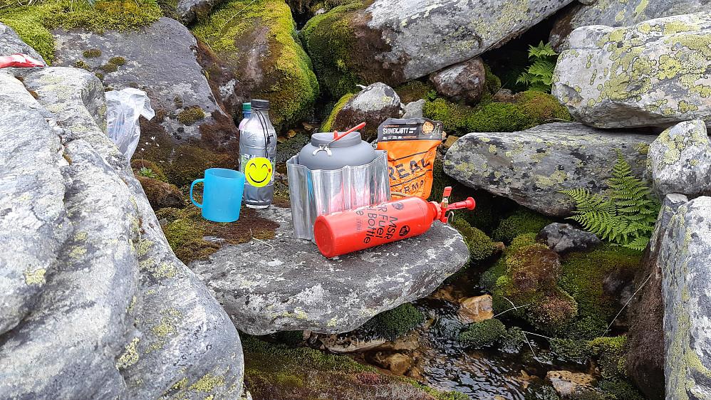 Perfekt lunsjplass med vann og ly. Godt med et varmt måltid før lange oppoverbakker. Dette er jo tur med camp og god tid, ikke et ultraløp.
