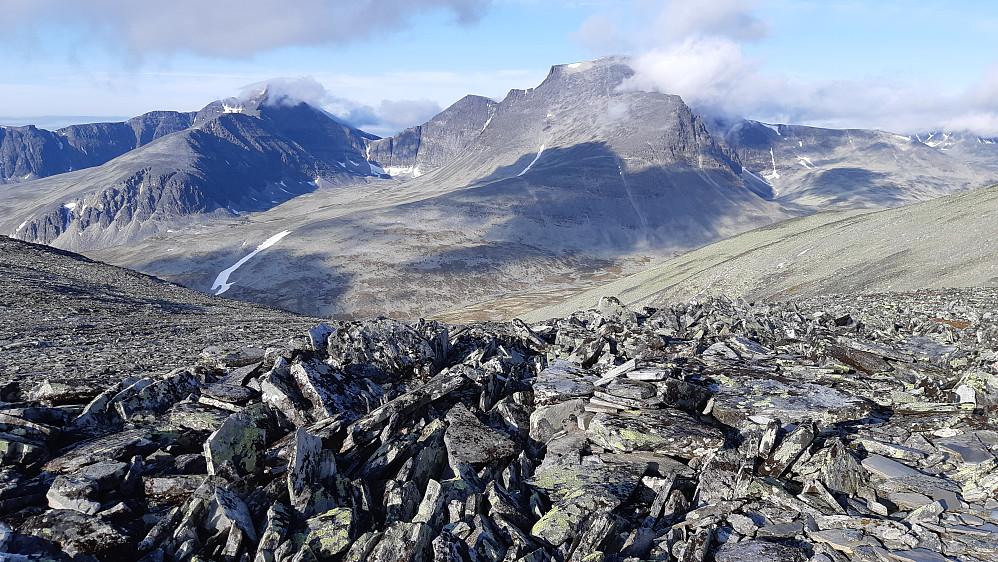 Utsikt til etappen for dag nummer tre i rundturen. Først ned å krysse Langglupbekken før oppoverbakken på nesten 950 høydemeter opp til Rondslottet.