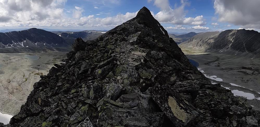 Klyving på ryggen sør for Trolltinden er en av de virkelig spektakulære opplevelsene i Rondane.