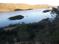 Bratt kløft ned mot Lauta og Litl-Saltøya