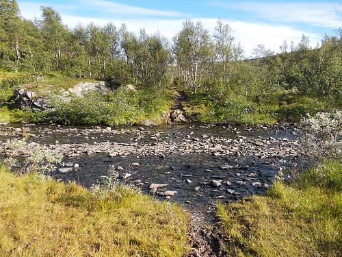 TFstien til Storerikvollen krysser denne elva like ved Skarpdalsvollen