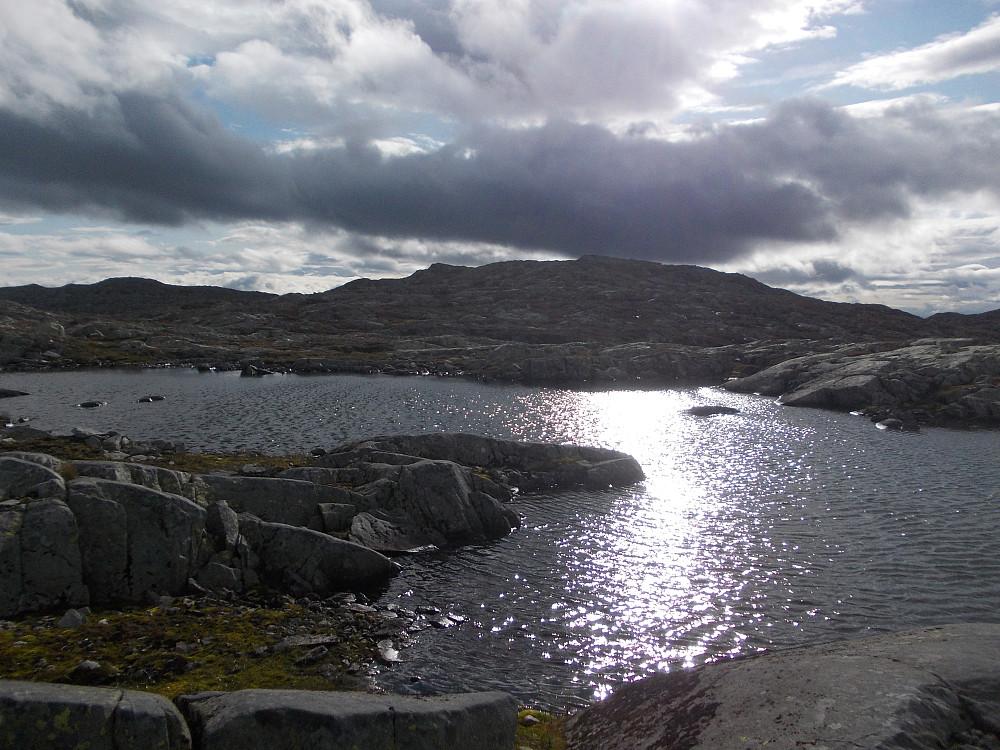 Sol og tunge mørke skyer. Vann like før Røsshaugskaftet