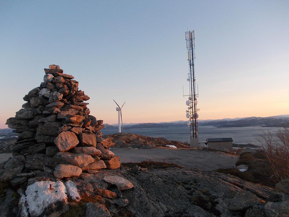 Toppvarden, masta og vindmølla på toppen av Hundhammarfjellet