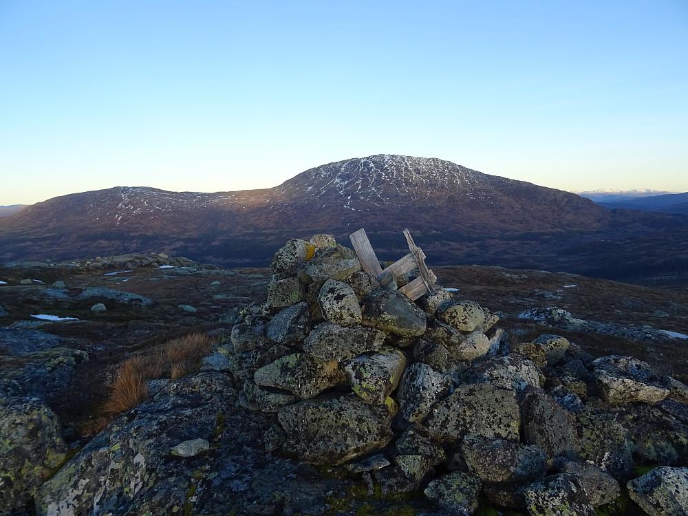 Toppvarden (Trigpunkt) på Rognbuklumpen med Heimdalhaugen bak
