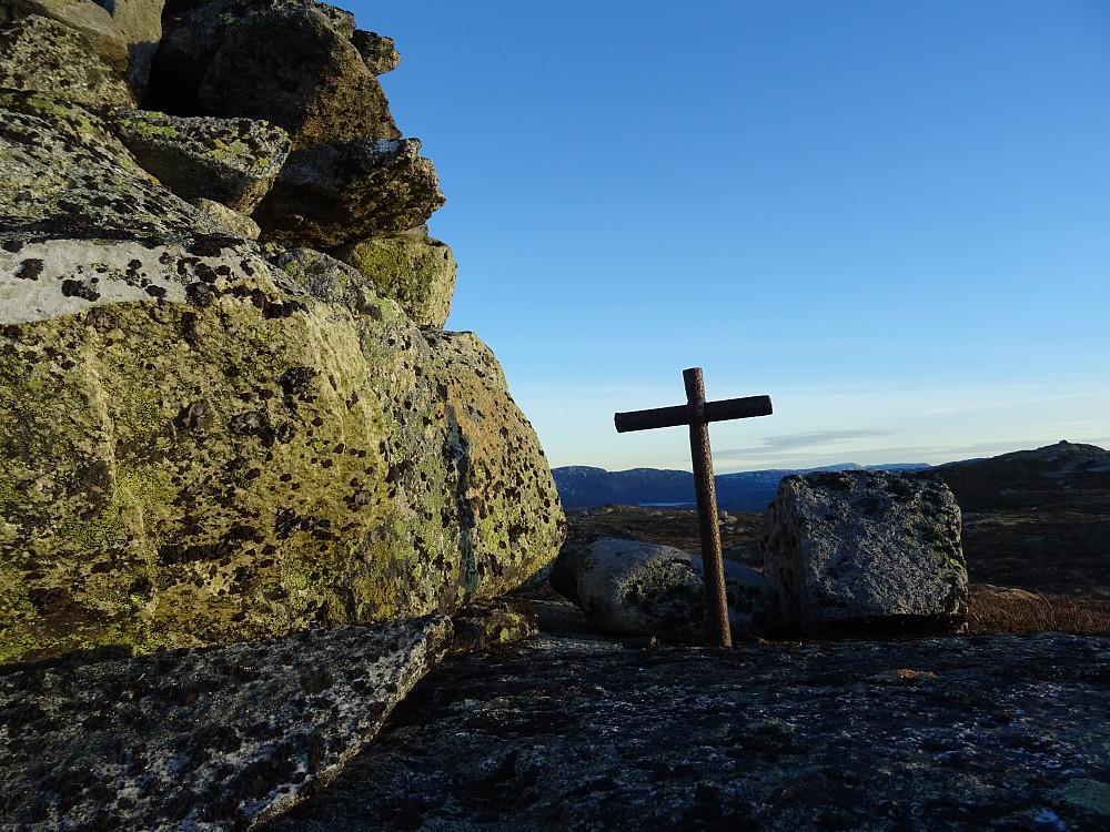Et grensemerke formet som et kors ca 200 meter fra toppen av Rognbuklumpen