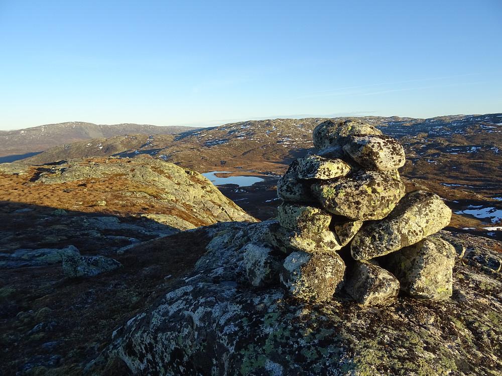 Toppvarden på Geitingfjellet. Holmtjønna bak
