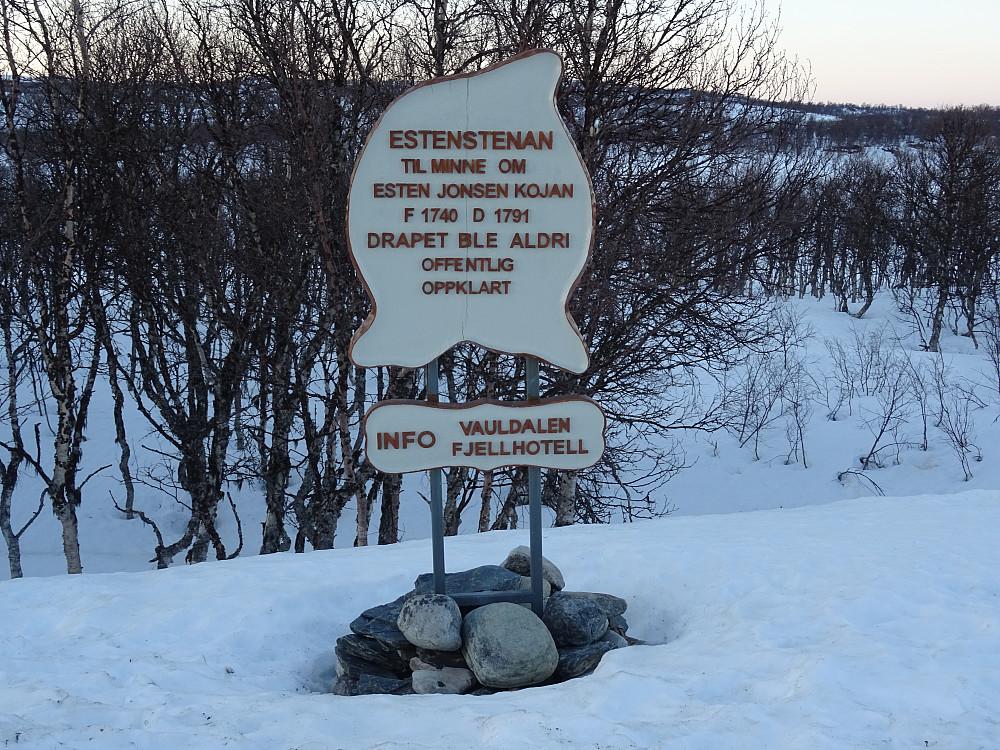Minnestein ved rr 149 B over Esten Jonsen Kojan, som  trolig ble skutt og stappa i en bekk i nærheten.