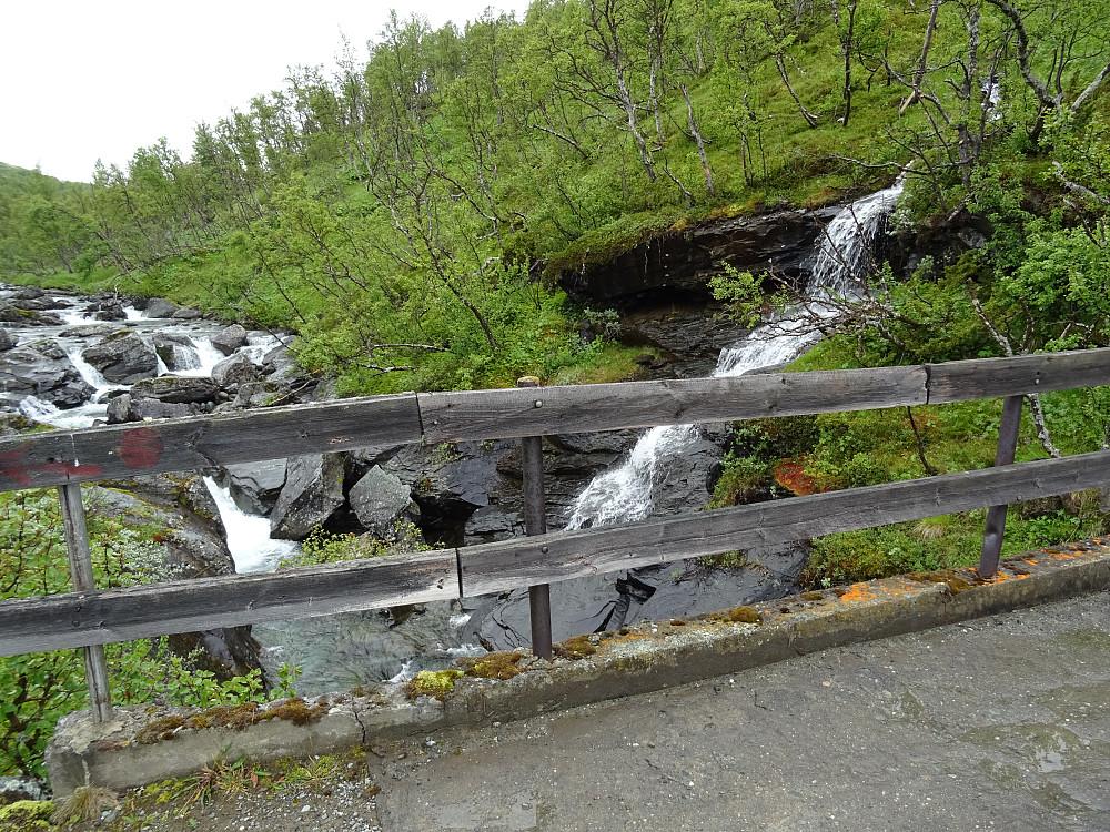 Bro over Veslolma på den private veien mot Våttåhaugen i fjellsida mot Almannberget