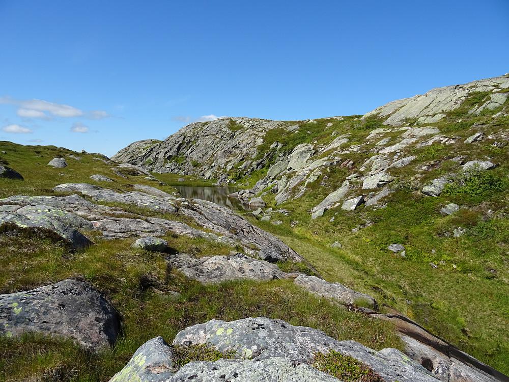 Denne fjellryggen går helt til Øver-Kallhammarvatnet.