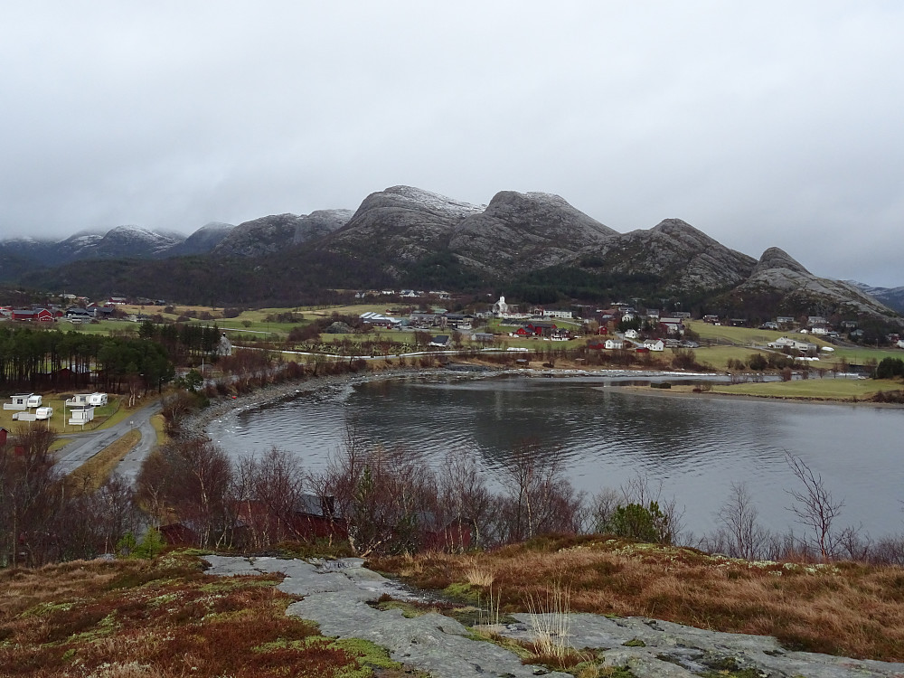 Utsikt fra Forøya mot Osen sentrum og osenalpene bak