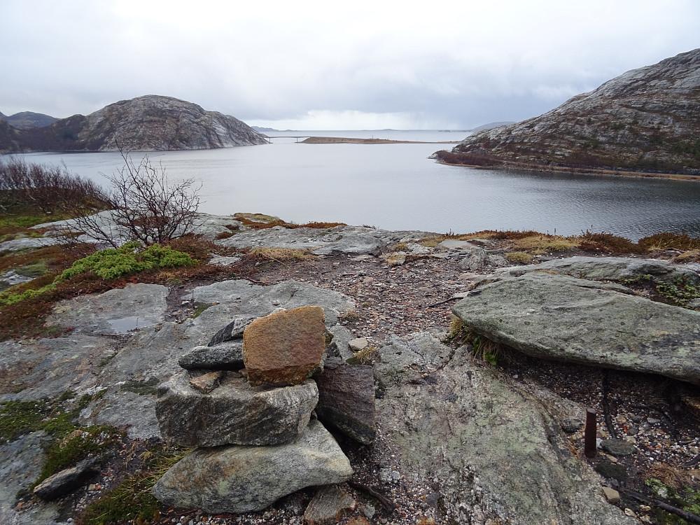 Landsnettbolten på toppen av Forøya med utsikt mot Osenfjord og brua over Straumholet
