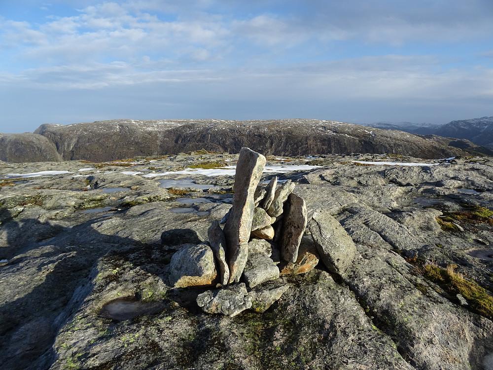 Varden på Vingheia, De stupbratte fjellene bak er på østsiden av fjorden Vingan