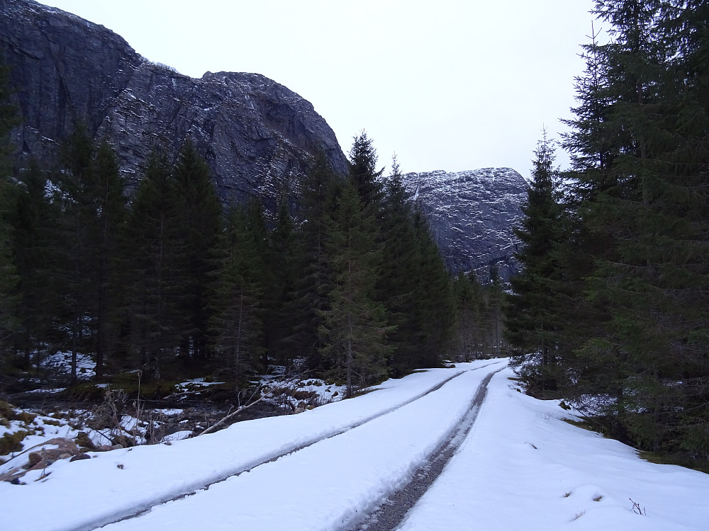 Veien langs Seterbekken med Osenalpene på venstre side