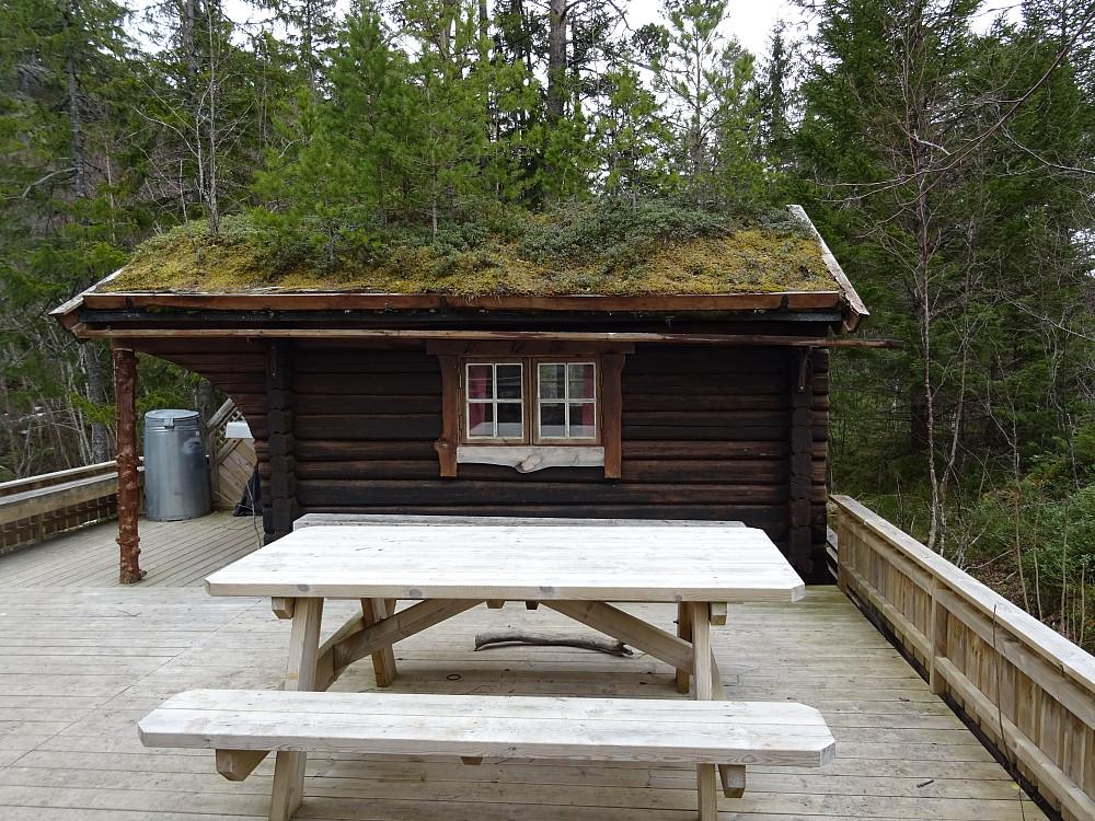 Denne lille hytta ligger ved stien mot Koksåsen