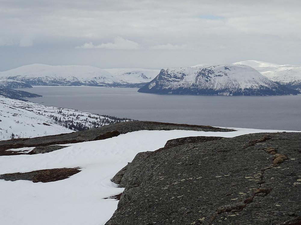 Flott utsikt mot Tunnsjøen og Gudfjelløya