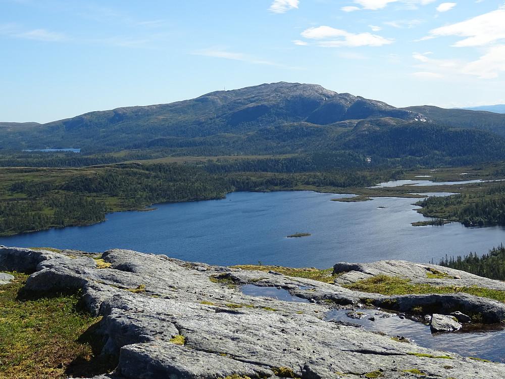 Utsikt fra Bjørfarvassheia mot Bjørfarvatnet og Øyensskavlen