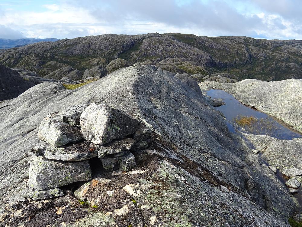 Liten varde på Salmarkfjella. Durmålsfjellet bak