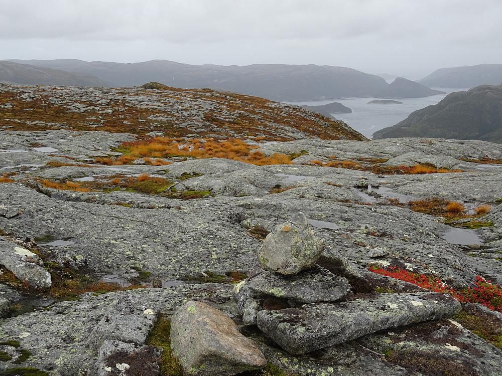 Noen få steiner på toppen av Lensmarkfjellet. Utsikt mot Jøssundfjorden