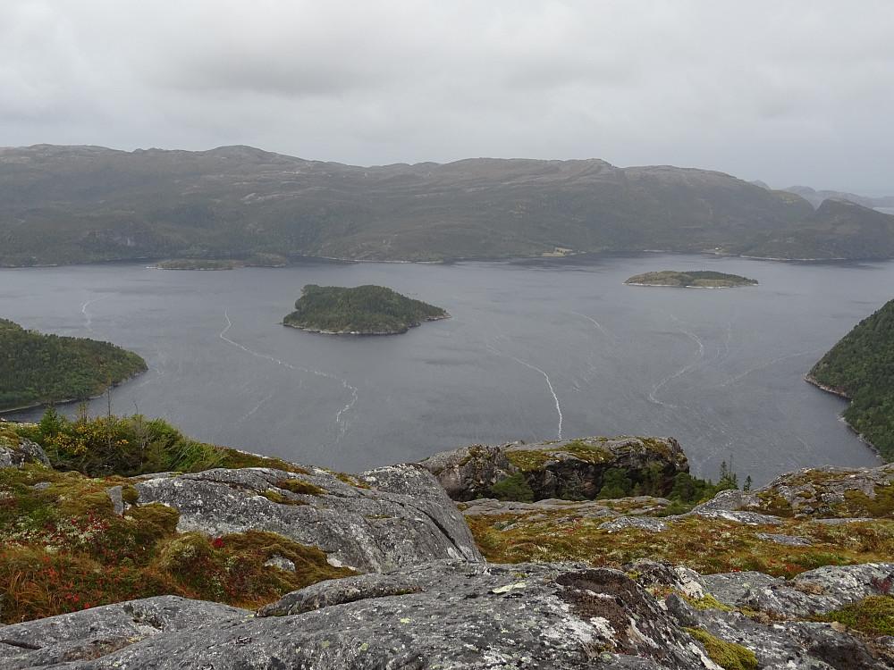 Utsikt fra toppen av Kalvstrandklumpen mot Skavvikøya og Jøssundøya i Jøssundfjorden. Ingen markering på toppen