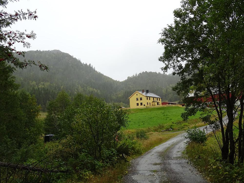 Til venstre før Laukvika gård går det en vei til sjøen. Kalvstrandklumpen bak.