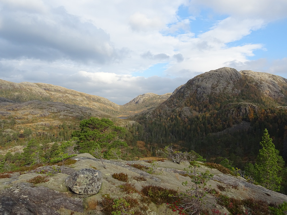 Kvernvassfjellet til høyre og Vestfjellet til venstre