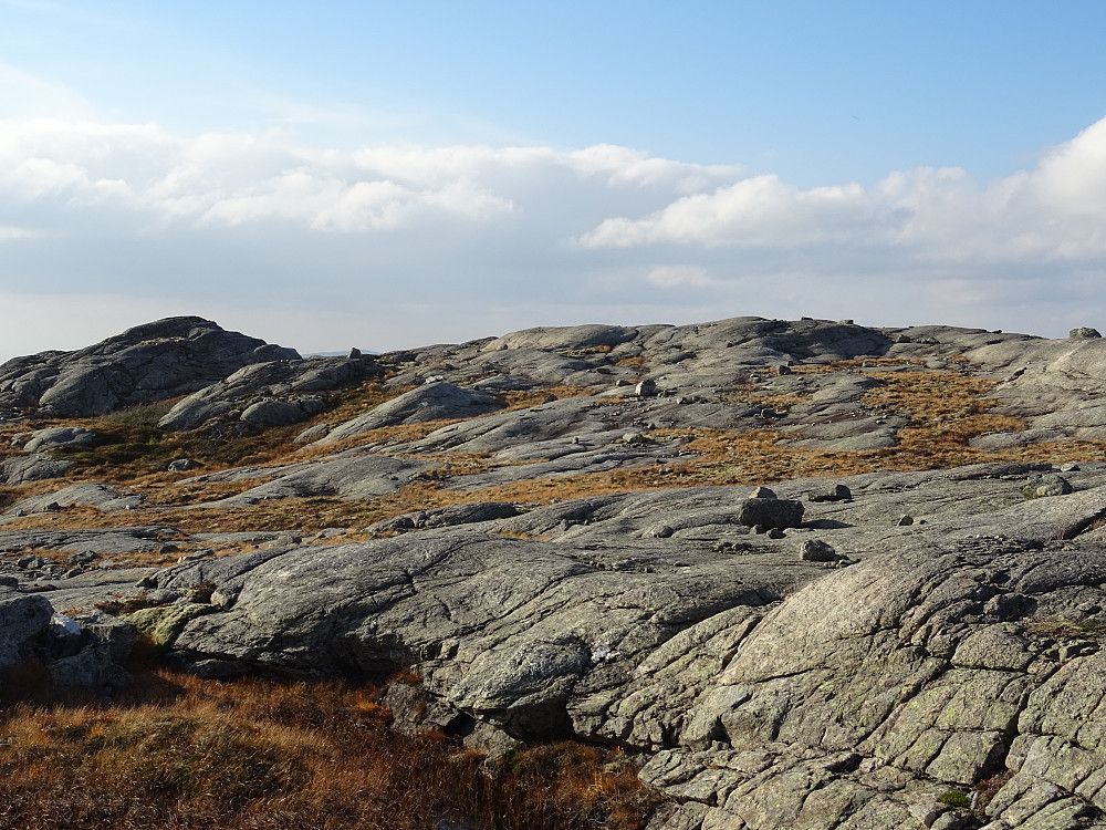 Høyeste punkt av Kvernvassfjellet i midten. Ingen markering