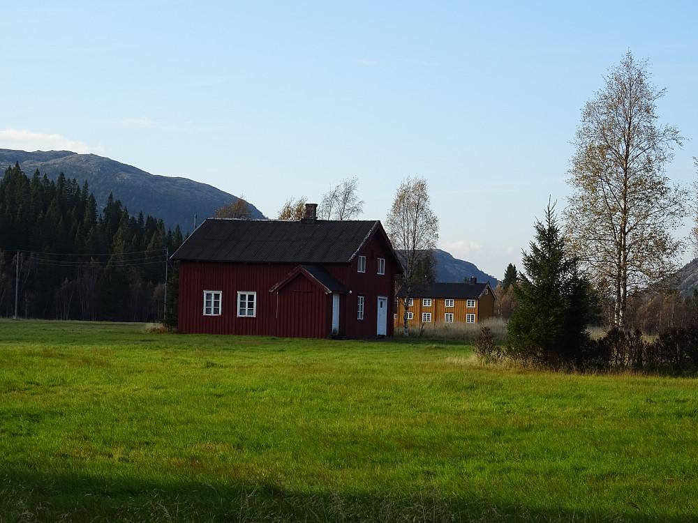 Saksa gård bak denne boligen