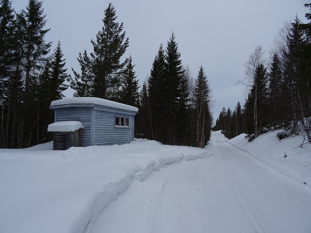Den eneste hytta på skogsbilveien nede ved Grøndalselva