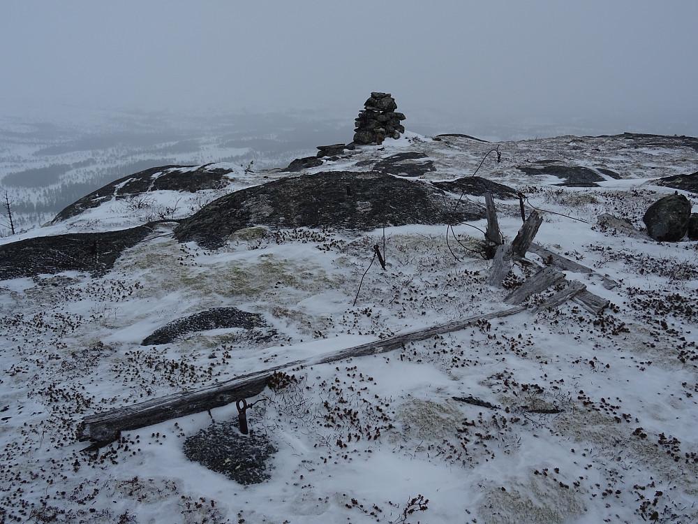 Trigpunktet er høyest på Vestre Litjfjellet. Varden litt bak.