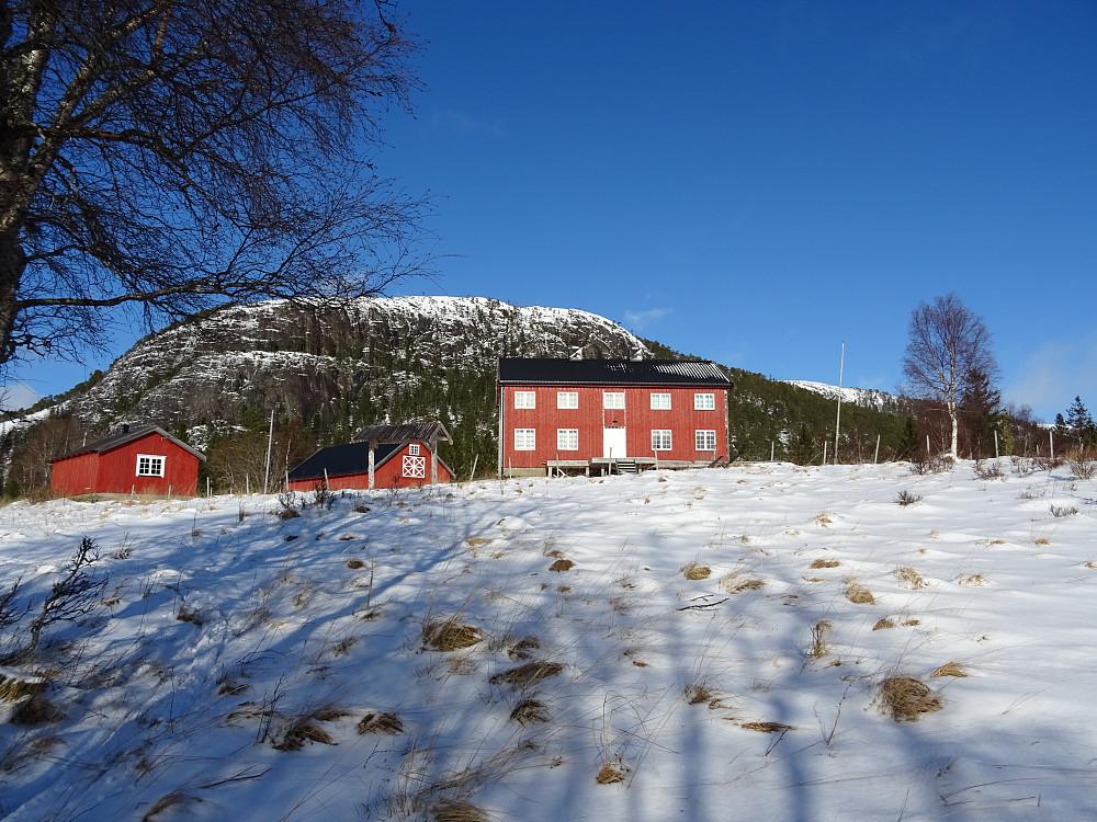 Fremmergården på Leisåk med Låvfjellet bak