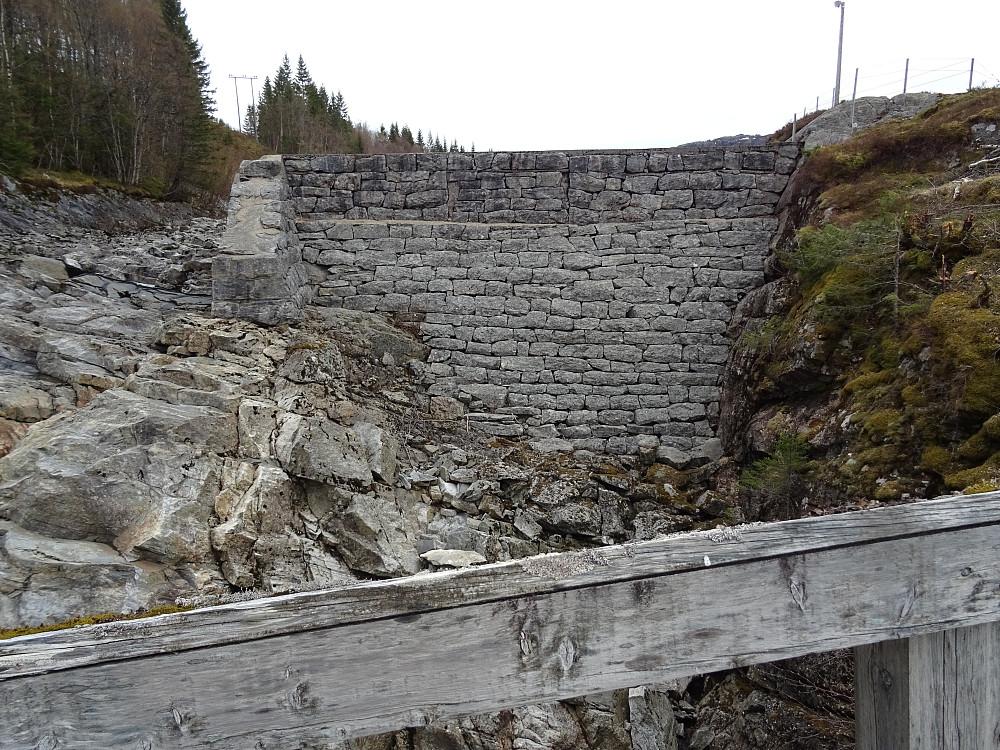 Dammen i utløpet av Dalavatnet