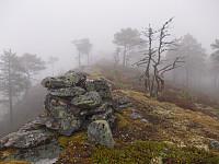 Toppvarden av Brennfjellet i tåke og yr klokka 2230