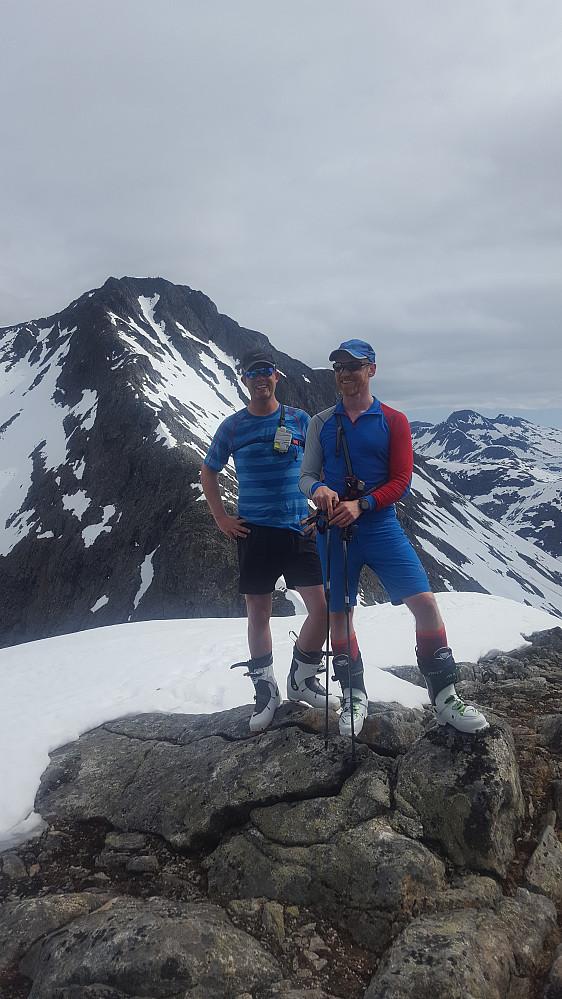 Victor og Lars Erik på Småholtind, Ø2. Alnestind i bakgrunnen.
