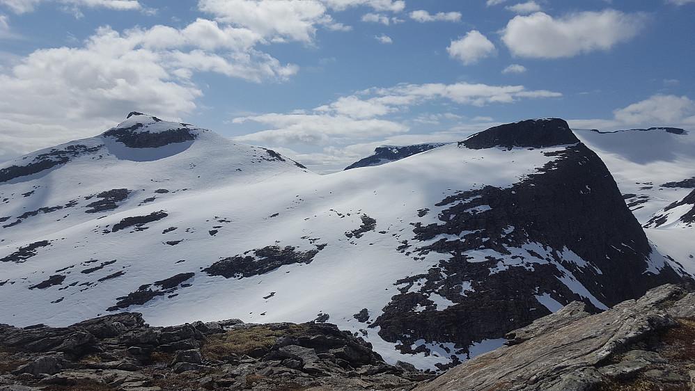 Fra søraustre Småholtinden har man godt overblikk over Søre Småholtinden til høyre og Ringshornet til venstre.