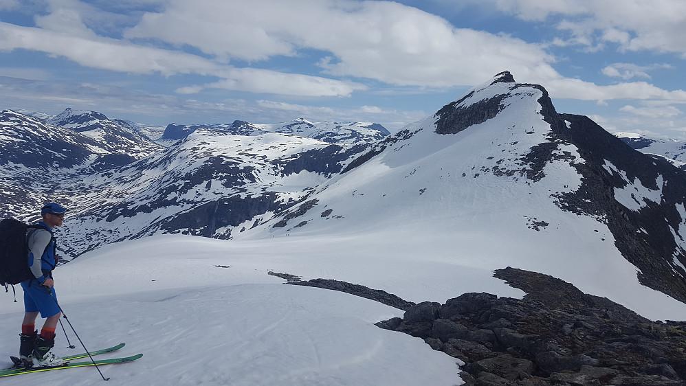Skiene måtte av for å komme siste biten opp på Søre Småholtinden. Herfra har man god utsikt til dagens siste topp som er Ringshornet.