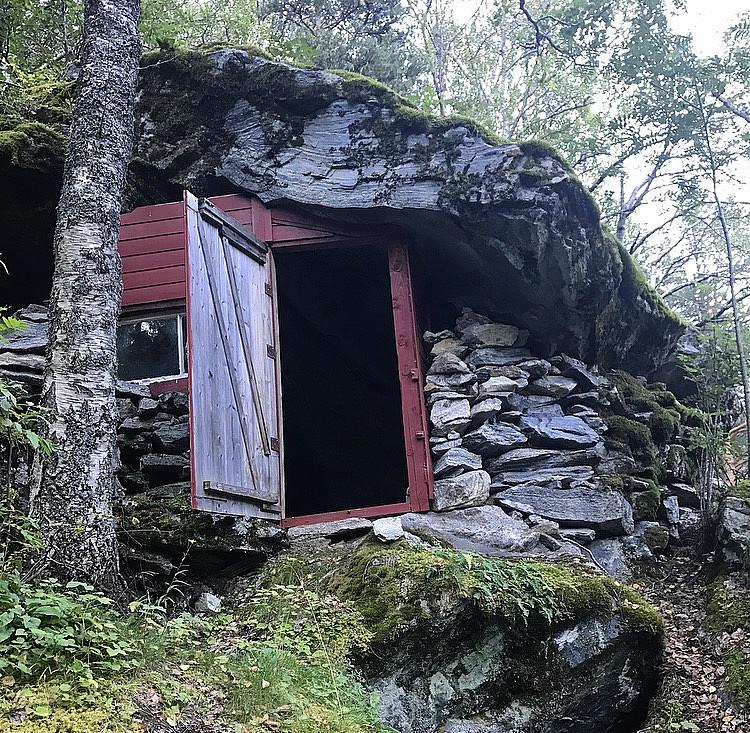Morsom hytte under ei steinhylle
