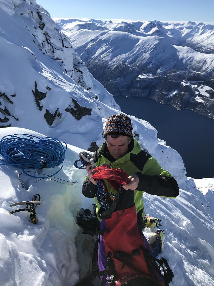 Johan ordner med snøanker og tau for å komme opp og ned hammeren