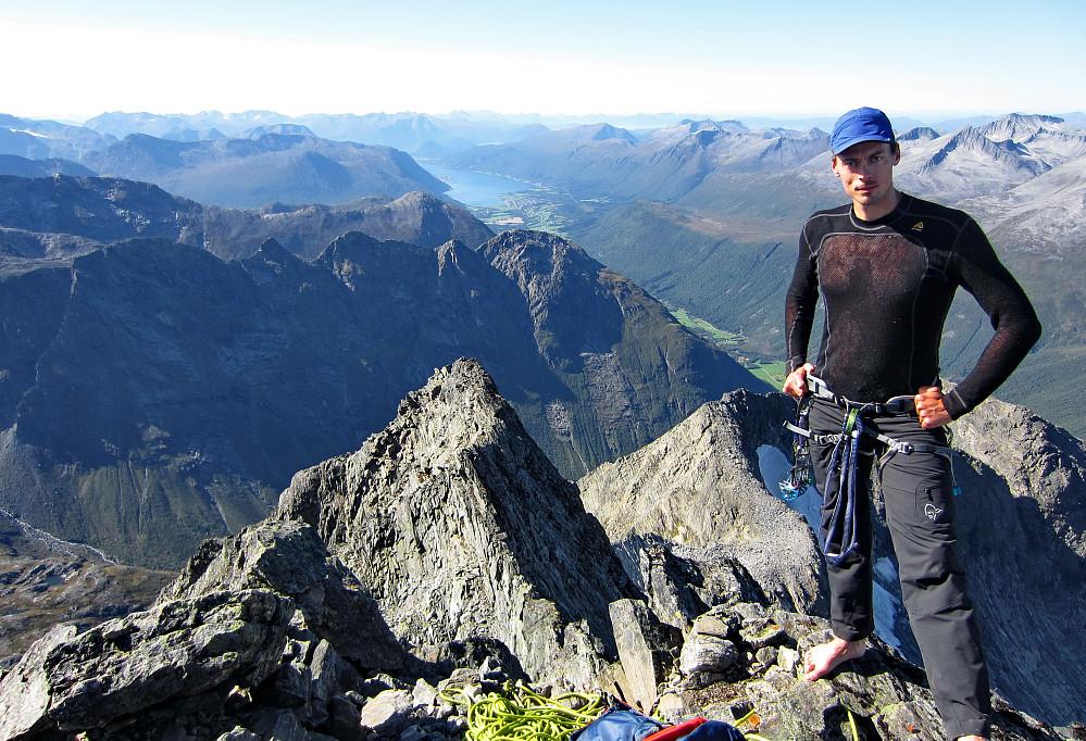 På toppen, med Isfjorden og Åndalsnes i bakgrunnen.