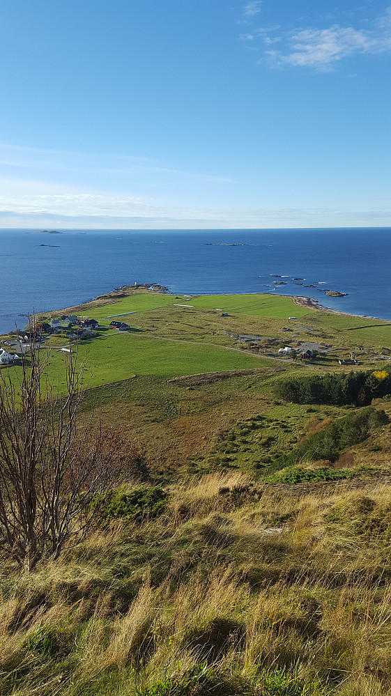 Fra Molnesfjellet ut mot Molnes og havet! Den nye opparbeidede p-plassen kan skimtes til venstre på bildet :)